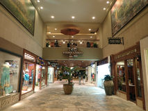 La gente explora tiendas en el centro comercial hawaiano real Fotos de archivo