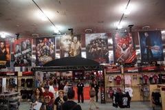 La gente explora zona de la tienda de WWE por completo de la mercancía y de los carteles de WWE Imagen de archivo libre de regalías