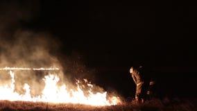 La gente extingue el fuego almacen de video
