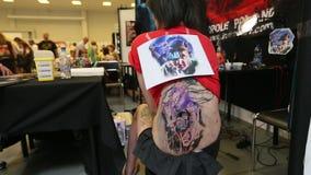 La gente fa i tatuaggi alla decima convenzione internazionale del tatuaggio nel centro dell'Congresso-EXPO stock footage