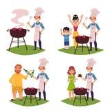 La gente fa il BBQ, arrostisce col barbecue, cucina la carne sulla griglia Fotografie Stock Libere da Diritti