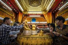 La gente fa il merito attaccando la foglia di oro nella pagoda di Phaung Daw Oo nel lago Inle, Myanmar Immagine Stock Libera da Diritti