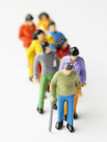 La gente fa la coda in su in una riga Fotografie Stock Libere da Diritti