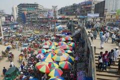 La gente fa la spesa al vecchio mercato in Dacca, Bangladesh immagine stock