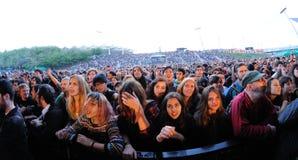 La gente (fans) grita y baila en la primera fila de un concierto en el festival 2013 del sonido de Heineken Primavera Imagen de archivo