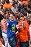 La gente feliz goza en Koninginnedag 2013 Fotos de archivo