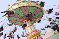 La gente feliz juega en el parque de atracciones Imagen de archivo