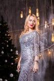 La gente, feste e concetto di fascino - bella donna in vestito da sera fotografia stock
