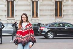 La gente fuori della costruzione della sfilata di moda di Alberta Ferretti per Milano Immagine Stock
