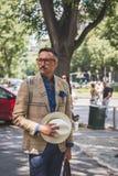 La gente fuori della costruzione della sfilata di moda di Armani per la molestia di Milan Men Immagine Stock Libera da Diritti