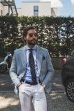 La gente fuori della costruzione della sfilata di moda di Armani per la molestia di Milan Men Fotografie Stock