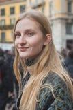 La gente fuori della costruzione della sfilata di moda di Gucci per Milan Women Fas Fotografie Stock Libere da Diritti