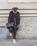 La gente fuori della costruzione della sfilata di moda di Gucci per Milan Women Fas Fotografie Stock