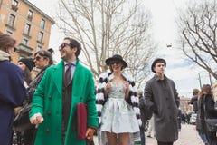 La gente fuori della costruzione della sfilata di moda di Gucci per Milan Women Fas Immagini Stock Libere da Diritti