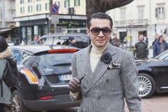 La gente fuori della costruzione della sfilata di moda di Gucci per Milan Women Fas Immagine Stock