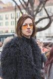 La gente fuori della costruzione della sfilata di moda di Gucci per Milan Women Fas Fotografia Stock Libera da Diritti