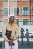 La gente fuori della costruzione nazionale della sfilata di moda del costume per Milano Fotografia Stock Libera da Diritti