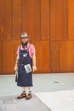 La gente fuori della costruzione nazionale della sfilata di moda del costume per Milano Fotografia Stock