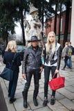 La gente fuori delle costruzioni delle sfilate di moda per la settimana 2014 del modo di Milan Women Fotografie Stock Libere da Diritti