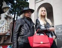 La gente fuori delle costruzioni delle sfilate di moda per la settimana 2014 del modo di Milan Women Immagine Stock