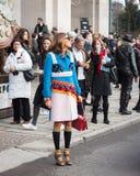 La gente fuori delle costruzioni delle sfilate di moda per la settimana 2014 del modo di Milan Women Fotografie Stock
