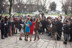 La gente fuori delle costruzioni delle sfilate di moda per la settimana 2014 del modo di Milan Women Fotografia Stock