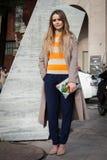 La gente fuori delle costruzioni delle sfilate di moda per la settimana 2014 del modo di Milan Women Immagine Stock Libera da Diritti