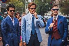 La gente fuori delle sfilate di moda di Gucci che costruiscono per la settimana 2014 del modo di Milan Women Fotografia Stock Libera da Diritti