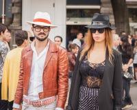 La gente fuori delle sfilate di moda di Jil Sander che costruiscono per la settimana 2014 del modo di Milan Women Fotografia Stock