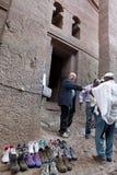 La gente fuori di una chiesa, Lalibela immagine stock libera da diritti