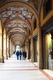 La gente in galleria sulla piazza Cavour a Bologna Fotografia Stock