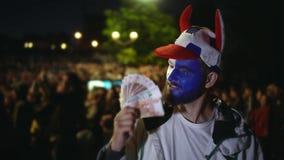 La gente ganó el dinero en la apuesta de los deportes Fútbol o fútbol Dólares a cámara lenta almacen de metraje de vídeo