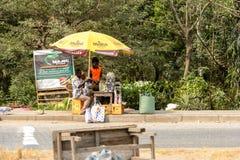 La gente ghanesa no identificada vende mercancías en pueblo local Peopl imágenes de archivo libres de regalías