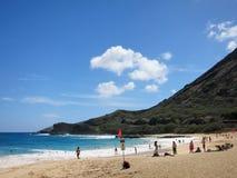 La gente gioca alla spiaggia con il segno della forte corrente sulla spiaggia Immagine Stock Libera da Diritti