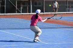 La gente gioca a tennis Immagini Stock