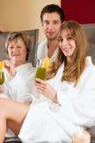 Benessere - la gente in stazione termale con la Clorofilla-Scossa immagine stock libera da diritti
