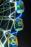 La gente gode del grande spinge dentro il parco di divertimenti a Delhi Immagine Stock