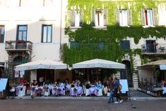 La gente gode del loro pranzo ad uno dei molti ristoranti nel quadrato di Navona, Roma Fotografia Stock Libera da Diritti