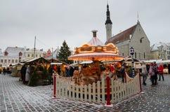 La gente gode del mercato di Natale a Tallinn Immagine Stock
