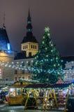 La gente gode del mercato di Natale a Tallinn Immagini Stock