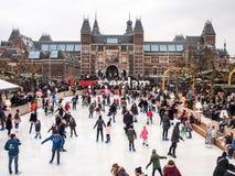 La gente gode del pattinaggio su ghiaccio davanti a Rijksmuseum Immagini Stock