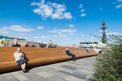 La gente gode del sole e di ultimo calore della stagione Fotografia Stock