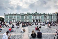 La gente gode dell'arte del musicista nel quadrato del palazzo, st della via immagine stock libera da diritti
