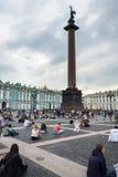 La gente gode dell'arte del musicista nel quadrato del palazzo, st della via immagini stock libere da diritti