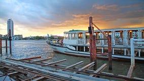 La gente gode della cena durante il giro in barca Fotografia Stock