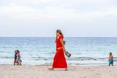 La gente gode della spiaggia nella sera Immagini Stock Libere da Diritti