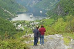 La gente gode della vista al fiordo di Geiranger in Geiranger, Norvegia Fotografia Stock