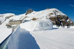 La gente gode della vista dal terrazzo sopra la montagna di Pilatus in Lucern, Svizzera Immagine Stock Libera da Diritti