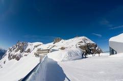 La gente gode della vista dal terrazzo sopra la montagna di Pilatus in Lucern, Svizzera Fotografie Stock
