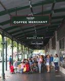 La gente gode di ad un terrazzo della regina Victoria Market, Melbourne, Australia Immagine Stock